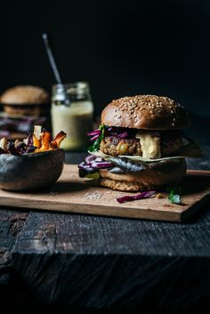 Vegetable burger with french fries. Make burger parties yourself! And make burger buns yourself. Here you will find a burger recipe made from vegetarian ingredients. The burger buns are made from spel Vegetable Recipes, Vegetarian Recipes, Healthy Recipes, Vegetarian Barbecue, Vegetarian Cooking, Rumchata Recipes, Burger Party, Burger Buns, Turkey Burgers
