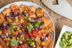 Nacho's is een bekend Mexicaans gerecht en inmiddels bij ons ook helemaal ingeburgerd. Met wat aanpassingen behoud je het smaakvolle van de originele nacho's, maar maak je het geheel veel voedzamer. Simpelweg door gezonde(re) ingrediënten toe te voegen. Zo kan de chips vervangen worden door schijfjes flinterdunne zoete aardappel. Deze knol leent zich hier prima voor en komt op deze manier zelfs krokant uit de oven. Health And Fitness Tips, Health Tips, Tapas, Tortilla Chips, Guacamole, Cobb Salad, Nachos, Cantaloupe, Sweet Potato