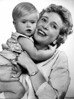 <p>MYE KJÆRLIGHET: Tommeliten fikk mye kjærlighet og varme, forteller Fabian Stang. Her er ordførerens bror med moren Wenche Foss i 1954.</p>