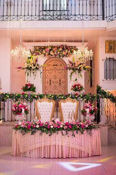 15 claves para que las mesas de tu boda luzcan más que perfectas. #Matrimoniocompe #Organizaciondebodas #Matrimonio #Novios #TipsNupciales #CaminoAlAltar #MatriPeru #BodaPeru #DecoracionDeMatrimonio #DecoracionDeMesaParaBoda #DecoracionConFloresParaBoda #DecoracionFloralParaMatrimonio #FloresMatrimonio #WeddingFlowers #CentroDeMesaMatrimonio #CentroDeMesa Bridesmaid Dresses, Wedding Dresses, Table Decorations, Home Decor, Floral Decorations, Wedding Tables, Receptions, Centerpieces, Boyfriends