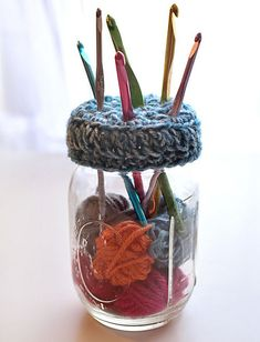 This pattern was requested by a Crochet Spot reader! If you have an extra mason jar laying around the house, you can use it to store your crochet hooks! Crochet this simple top to place on a mason jar Free Crochet Patterns - Crochet Patterns, Tutorials an Pot Mason Diy, Mason Jars, Mason Jar Crafts, Bottle Crafts, Crochet Gratis, Free Crochet, Learn Crochet, Crochet Geek, Crochet Patron