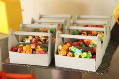 Pipocas coloridas para festa no tema construção: detalhe para as caixinhas em forma de maleta de ferramentas.