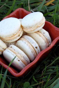 Macarons cu cardamom si crema de piersici/ Cardamom spiced macarons with peach filling Macarons, Sausage, Stuffed Mushrooms, Spices, Peach, Vegetables, Food, Cream, Stuff Mushrooms