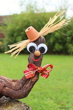 Lustige Vogelscheuche mit Weinwurzel Basthaar Terr - Blumen Natur Ideen Funny scarecrow with wine ro Garden Crafts, Diy Garden Decor, Garden Projects, Garden Tools, Yard Art Crafts, Wood Log Crafts, Driftwood Crafts, Rock Crafts, Fall Crafts