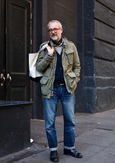2015-01-09のファッションスナップ。着用アイテム・キーワードは40代~, カーディガン, シャンブレーシャツ, デニム, ドレスシューズ, ミリタリージャケット, メガネ,M65etc. 理想の着こなし・コーディネートがきっとここに。| No:82871