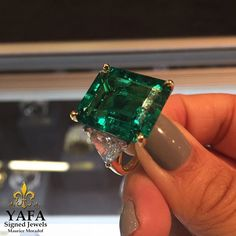 The incomparable beauty of a Harry Winston Emerald!