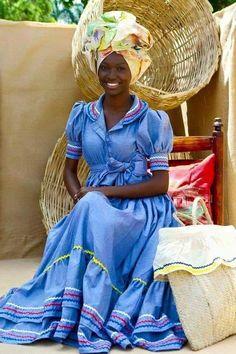 Jeune haïtienne en tenue traditionnelle