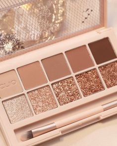 Sparkly Makeup, Sparkly Eyeshadow, Simple Eyeshadow, Makeup Eyeshadow Palette, How To Apply Eyeshadow, Eye Palette, Clio Cosmetics, Everyday Eyeshadow, Makeup Pallets
