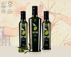 BIOLOGICO - MONOCULTIVAR MAURINO Tamia Green è stato il primo ad essere estratto, a metà ottobre, da olive di cultivar Maurino 100%. La qualità del Biologico, la raccolta precoce e l'esclusivo metodo d'estrazione conferiscono a quest'olio extra vergine di oliva un'alta carica fenolica che si esprime in un fruttato intenso, dolcemente amaricante, dal sapore decisamente erbaceo. Confezionato solo in bottiglie da 100ml e 250ml. Quantità limitata, bottiglie numerate a mano.
