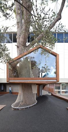 Situated at the entrance of the Israel Museum's Youth Wing for Art Education, the IMJ Tree House provides a gathering point for both adult and children visitors.