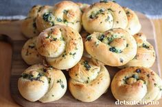 Hvitløksknuter (Garlic knots)   Det søte liv Garlic Knots, Bagel, Feta, Bread, Baking, Patisserie, Breads, Bakken, Bakeries