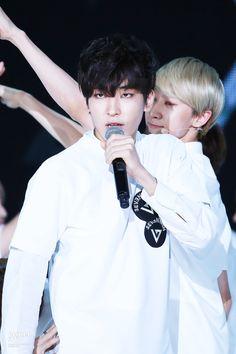 That melting gaze uuugggghhh  #wonwoo