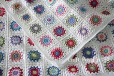 Get free pattern and tutorial on how to crochet a sunburst granny square blanket. Tips on storage and squares arrangement while working on it. • Page 2 of 2
