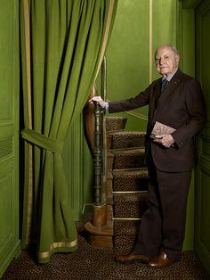 Le duplex parisien de Pierre Bergé Pierre Bergé pose dans l'escalier reliant ses appartements privés. Un lieu feutré, tapissé de drap vert et à la moquette panthère. © Philippe Garcia