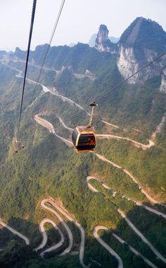 Mit einer der längsten Seilbahnen der Welt geht es in China hinauf zum Tianmen Shan