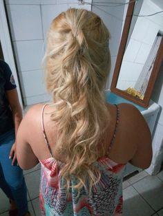 Penteado de cabelo cachos com trança.