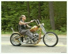 One of the last photos ever taken of Indian Larry Old school bike builder… Harley Bobber, Bobber Motorcycle, Cool Motorcycles, Motorcycle Style, Vintage Motorcycles, Harley Bikes, Side Car, Motos Harley Davidson, Old School Chopper