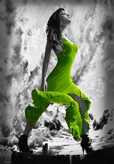Green Color Splash Fashion Photography - give photos a dramatic look by converting them to black and white, while keeping the chosen details in green. This effect draws the viewers' attention to the colored areas, creating striking photo shoots. Color Pop, Pink Color, Splash Photography, Black And White Photography, Contrast Photography, Colour Photography, Black And White Colour, Black And White Pictures, Color Splash Photo