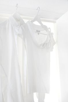 ♀ White clothes by the window