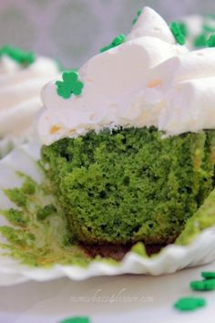 Spinach Cake Cupcakes-totally going to alter to make healthier-apples sauce =eggs, almond flour type for flour, and not regular sugar but natural sugar:) Healthy Baking, Healthy Treats, Healthy Desserts, Yummy Treats, Sweet Treats, Green Velvet Cake, Green Cake, Cupcake Recipes, Cupcake Cakes