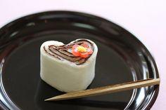 バレンタインの上生菓子  『恋ひしかるらむ』  色々と映り込んでます…。