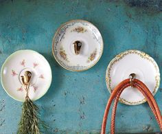 Wondering how to use those pretty thrift store plates? Add wall hooks to pretty plates to add vintage style to any room. Old Plates, Vintage Plates, Shabby Vintage, Vintage China, Vintage Hooks, China Plates, Vintage Pyrex, Small Plates, Vintage Table