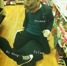 Oh my gosh. Let me just remind you these boys are adults. (Thomas is holding a freaking coffee)<<<he's holding ice cream Maze Runner Funny, Maze Runner Thomas, Maze Runner The Scorch, Maze Runner Cast, Maze Runner Movie, Maze Runner Trilogy, Maze Runner Series, Thomas Brodie Sangster, Sterek
