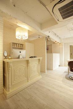 Beauty salon interior design ideas |  + reception + hair + space + decor + Japan + antique + french | Follow us on https://www.facebook.com/TracksGroup <<<【Aman hair レセプションエリ】明るい雰囲気でお客様をお出迎えできるようにデザインしました。アアンティーク 美容室 内装