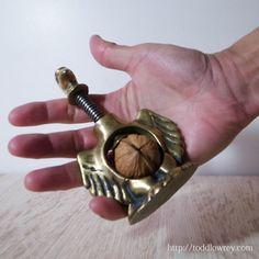 空の王を長い夜の傍らに/Antique Brass Eagle Screw Style Nutcracker  古びた真鍮が味わい深い、英国アンティーク・真鍮のくるみ割り器。  #アンティーク,#イギリス,#クルミ割,