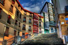 Las escaleras de Mallona, se convierten en el eje central de la Ciudad de Bilbao, el día de nuestra amatxu (15 de agosto), son las que nos llevan a la Basílica de Begoña.  Son miles los bilbainos que se desplazan desde sus viviendas a pie hasta la basílica para rendir respeto a su virgen.