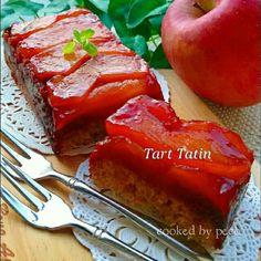 1時間でできちゃう❤とっても美味しい、じゅわじゅわな『キャラメルリンゴのタルトタタン』をご紹介しま~す❤🍀使うのは18㌢パウンド型1本分で、作りやすくて食べきり分量にしてみました❤ 実家からたくさんリンゴを送られてきたので、リンゴ救済👍❤ キャラメルリンゴをまず作り始めます。 8分割したリンゴを、キャラメル煮にしていきます。(この時間、約20分です) キャラメルリンゴ煮を作っている間に、タルト生地を作ります。 くたくたになったキャラメルリンゴをパウンド型に隙間なく敷き詰めて、タルト生地を流し込み、オーブンへGo~❤ おわり。❤ キャラメルリンゴはあまりいじると荷崩れてしまうので、ほぼ放置。❤ 煮詰まるとキャラメルが早くなりますので、目を離さずに…🍀 パウンド型で小さめの可愛いタルトタタンができました❤ ちょっとだけ食べたいときや、お客さまにも、あっという間にできちゃうので、お薦めです❤🍀 見た目本格的なのに、立派なクイックケーキです❗ あったかいコーヒーや紅茶にも合いますね❤❤❤ ぜひぜひ、この美味しいタルトタタンも食べてみてくださいね...