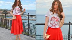 Falda midi plisada y camiseta estampada para un look lleno de color