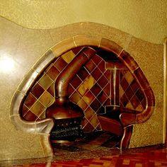 Casa Batllo  Barcelone - Cheminée du salon Batllo, bâtit directement dans le mur, avec des bancs incorporés d'un grand confort.
