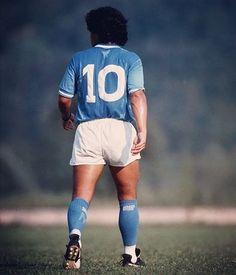 Napoli antes de Maradona, en 58 años: -2 Copas Italia Napoli con Maradona en 4 años: - 2 Serie A -1 Copa Italia -1 Supercopa -1 UEFA #DiegoMaradona #Nápoles The Good Son, Son Love, Girls In Love, Football Images, Football Gif, Soccer Boots, Football Boots, Mexico 86, Diego Armando