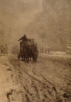 Alfred Stieglitz - Winter/Fifth Avenue (Invierno/Quinta Avenida) Edward Steichen, Alfred Stieglitz, Vintage Pictures, Old Pictures, Old Photos, Horse Pictures, New York City, York Art Gallery, Exposition Photo