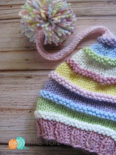 Long Tail Pom Pom Hat with Ridges Knitting Pattern Beanie Knitting Patterns Free, Baby Hats Knitting, Loom Knitting, Knitted Hats Kids, Knitted Dolls, Knit Or Crochet, Crochet Baby, Loom Hats, Knit Baby Booties