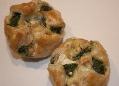 Spinazie-brietaartjes - Bladerdeeghapjes met spinazie en brie, gebakken in een muffinvorm.