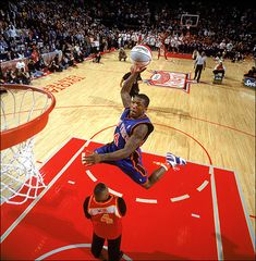 "5' 9"" Nate Robinson dunks over Spud Webb......Ahhhhh GREAT PIC.!!"