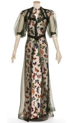 * Elsa Schiaparelli, ensemble du soir printemps-été 1937  Robe en twill imprimé ; manteau en résille de crin artificiel