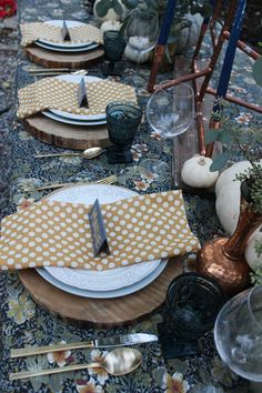 Fresh take on fall and Thanksgiving table with floral tablecloth and blue and green heirloom pumpkins #thanksgiving #fall #entertaining