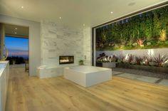 600 m2 y ubicada en el barrio de Doheny, con impresionantes vistas de Los Ángeles. 5 habitaciones todas ellas tipo suite con baño privado, armarios de madera de nogal. Destaca la cocina Bulthaup con electrodomésticos Gaggenau, 2 baños para las visitas, zona de comedor y varias estancias de televisión, bodega, sala de proyección…y garaje para 3 coches. Exterior con terraza, piscina tipo infiniti y zona chill-out con chimenea. #casasmodernas #livingkits #casas #modernas #livingkits #salones…