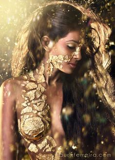 Ferrero Monster – gold body paint Would love to paint two girls to pass drinks a… - BODY PAINTING Portrait Photography, Fashion Photography, Beauty Photography, Gold Bodies, Golden Goddess, Hel Goddess, Two Girls, Body Art, Glamour
