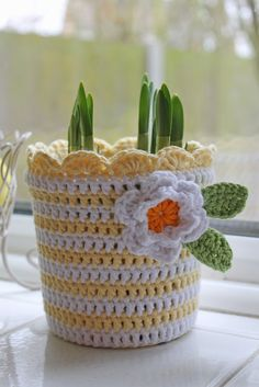 Crochet plant pot cover - have to do this in green & grey for my kitchen