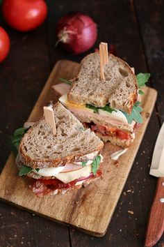 Club sandwich with chicken breast and bacon – Sandwiches! – Club sandwich with chicken breast and bacon – Sandwiches! Sandwich Bar, Club Sandwich Recipes, Delicious Sandwiches, Wrap Sandwiches, Bacon Sandwiches, Bistro Food, Cafe Food, Slow Food, Food Porn