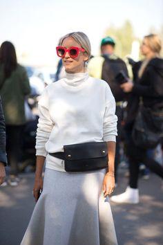 White on white, branco total, óculos de sol com armação colorida, pochete, street style