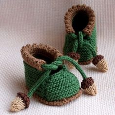 Crochet Baby Booties Looking for your next project? You're going to love ACORN Baby Booties by designer OasiDellaMaglia. - Crochet Baby Booties Looking for your next project? You're going to love ACORN Baby Booties by designer OasiDellaMaglia. Baby Knitting Free, Knitting For Kids, Baby Knitting Patterns, Baby Patterns, Knitting Projects, Crochet Projects, Crochet Patterns, Doll Patterns, Crochet Ideas