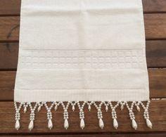 Toalha de lavabo na cor palha com bordados em pérolas, .  Tamanho32cmx50cm.