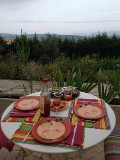 La table d'hôtes est mise sur la terrasse avec une vue magnifique sur la méditerranée...