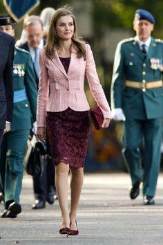 En 2013 celebró su último desfile militar como princesa de Asturias con otro acertado conjunto de Varela. Los salones y el bolso burdeos, en cambio, eran de Magrit, una de sus marcas favoritas. (Foto: NurPhoto / Corbis News / Getty Images).
