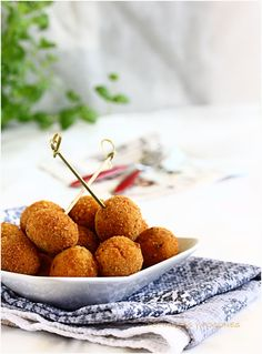 tuna pellets - original recipe in Spanish (Chrome translates) - a friend told me these are amazing! Seafood Recipes, My Recipes, Favorite Recipes, Tuna Balls Recipe, Pan Cookies, Les Croquettes, Food Photography Styling, Canapes, Fish And Seafood